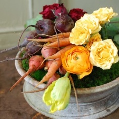 DIY-easy-holiday-decoration-Thanksgiving-table-centerpiece-vegetables-and-flowers-1